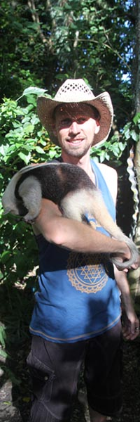 Geoff McCabe holding 'antee' the anteater (oso hormiguero in spanish).